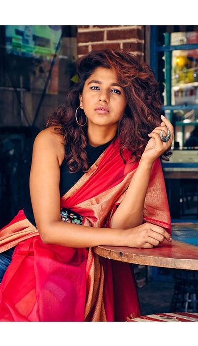 sustainable fashion, indian handloom, sustainable fashion india, mumbai shopping, mumbai saree shopping, saree drape, modern saree drape, saree on jeans, sari style, saari on shorts, ajrakh dupatta, dupatta as dress, dupatta drape, latest fashion trend, ethnic wear trend, fashion blogger mumbai, purvi handloom, saree shop in andheri, best fabrics shop in mumbai